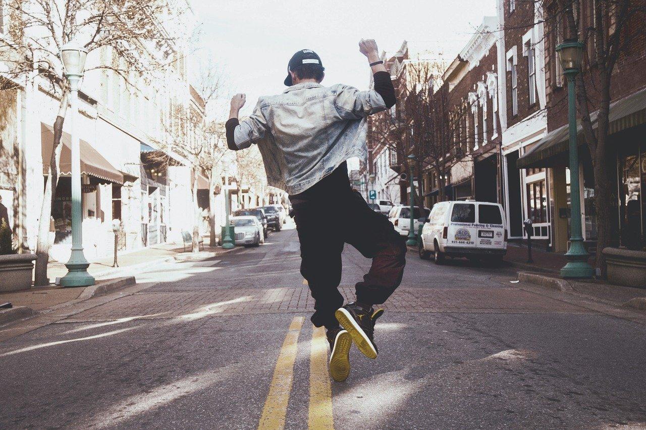 Un hombre saltando en patineta en la calle  Descripción generada automáticamente